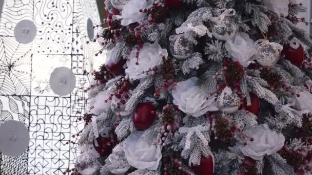 Nádherné obrovské sněhobílou vánoční strom