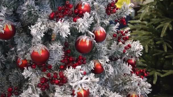 Červené bobule a hračky na vánoční stromeček