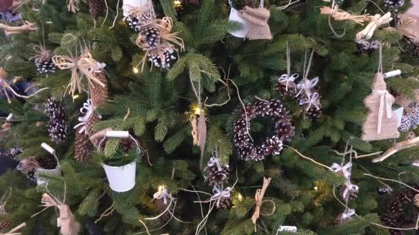 Bílý lesk vědro a šišky na vánoční stromeček