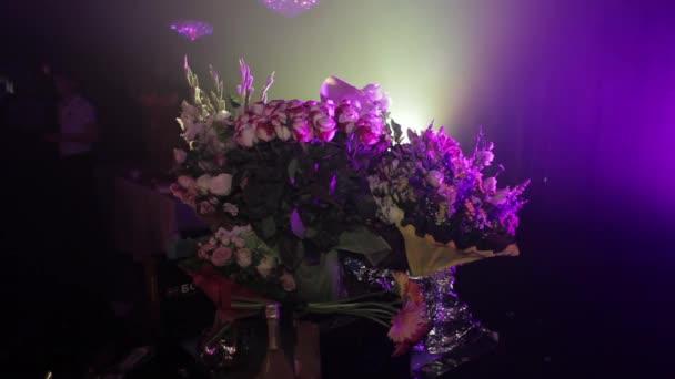 spousta květin ve váze na událost