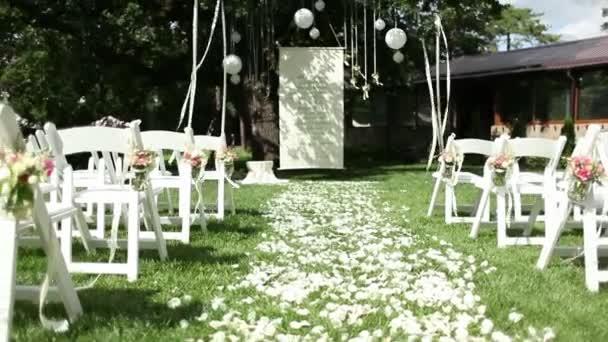 Cesta z růžových lístků na svatbě