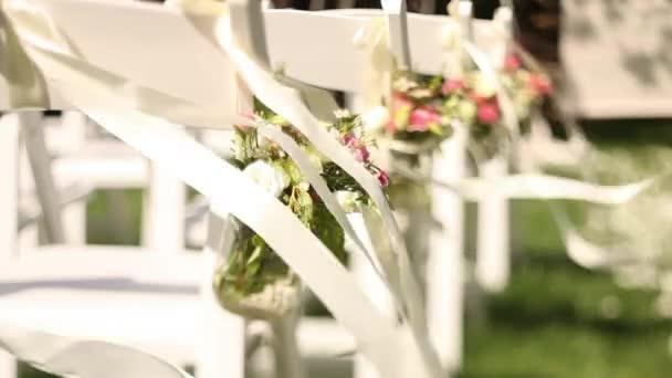 szatén szalagokkal díszíteni esküvői szertartás székek