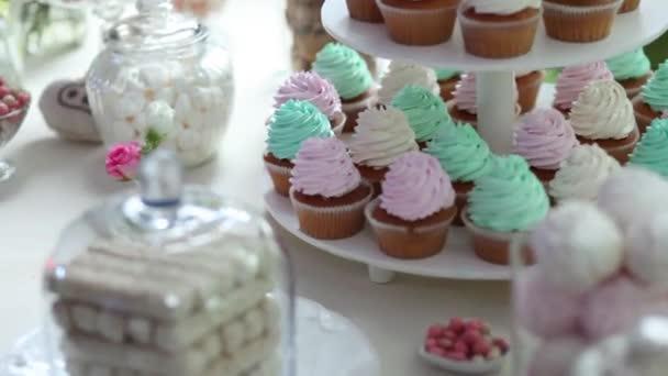 Svatební koláčky s barevnými smetany a sladkosti
