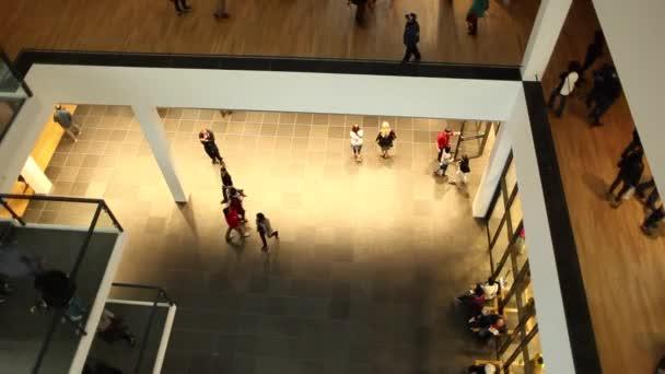 Pohled shora velké místnosti muzea