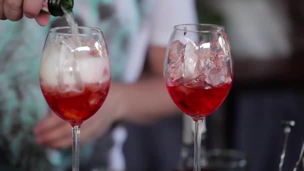 Barman vylévá ve sklenici šampaňského