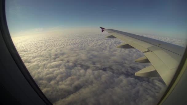 Křídla nad mraky pohled od okénka