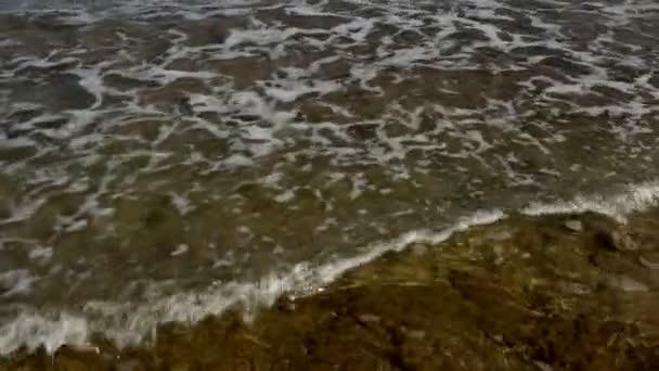 Mořské vlny přes písečnou pláž.