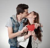 Fotografie Valentine pár. Líbání a šťastný. Radostná rodina