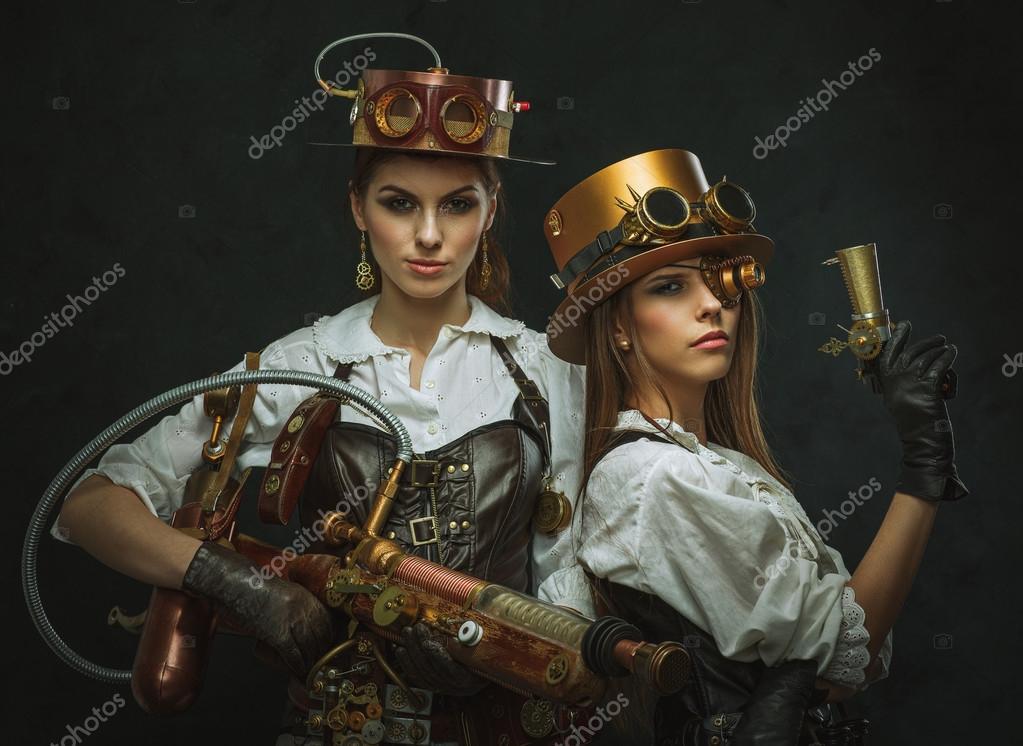 dos chicas vestidas en el estilo de steampunk con brazos