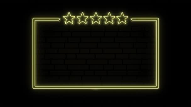 Neon keret öt csillaggal és üres hirdetőtáblával. Öt csillagos minősítés. A luxus, a prémium és a VIP fogalma. Mozgókép