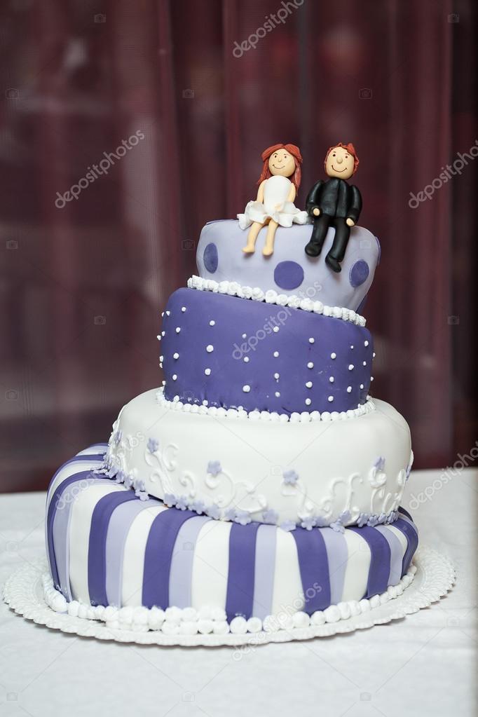Lustige Lila Und Weisse Hochzeitstorte Stockfoto C Tatyanasuyarova