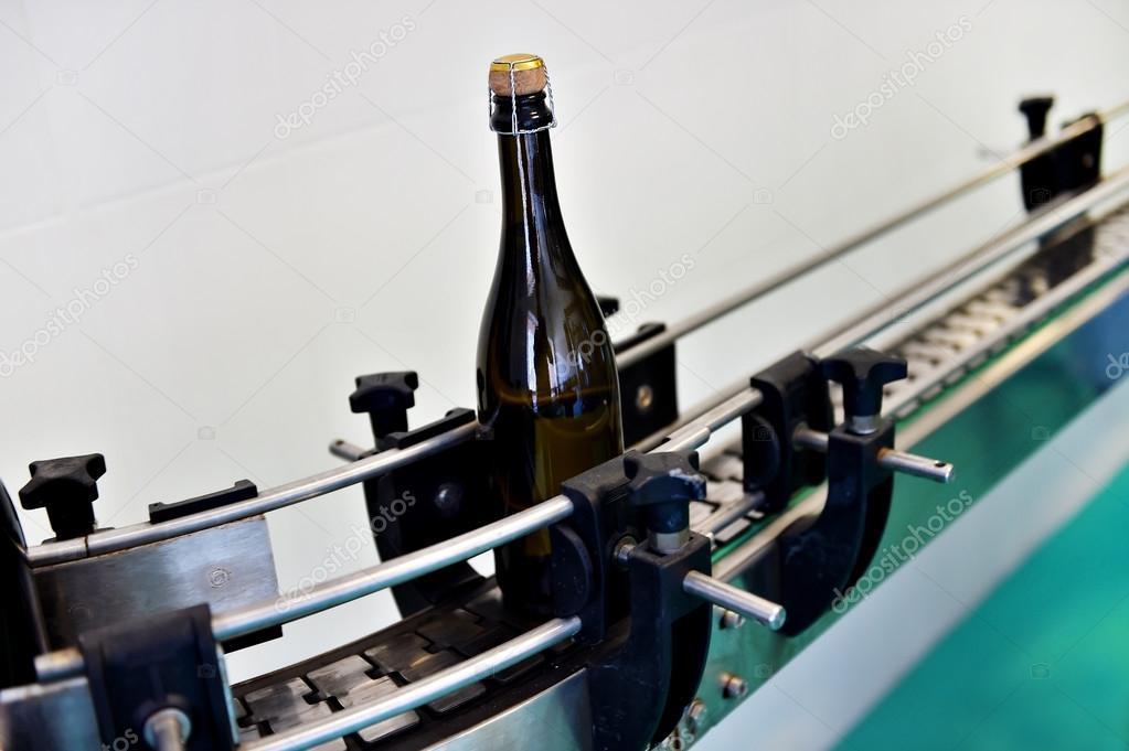 Bouteilles De Champagne Sur Tapis Roulant Photographie Roibu