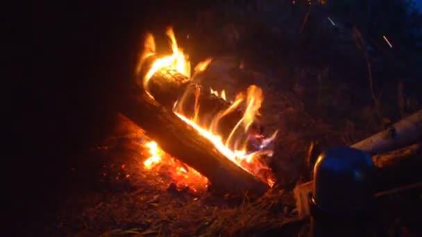Hořící oheň v detailním večer