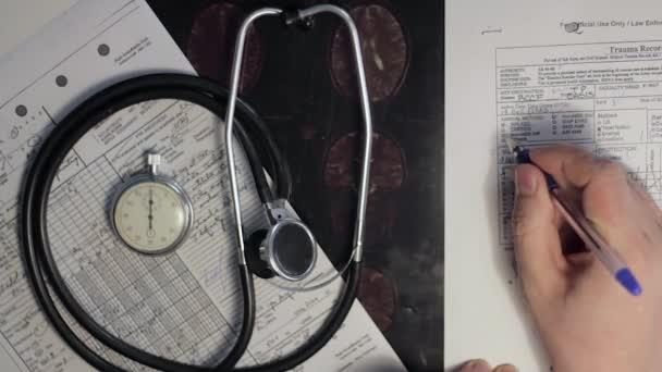 Eine Ärztin, die Hände diagnostiziert