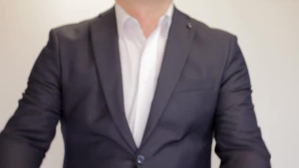 Podnikatel, ukazuje palec nahoru - detailní záběr. Úspěch