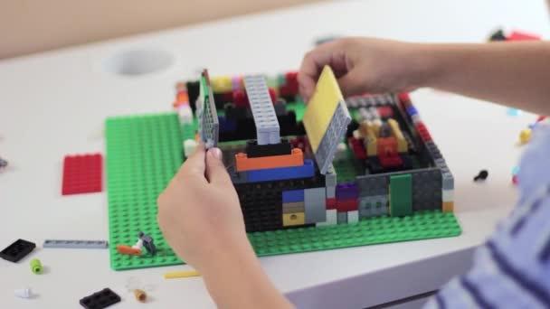Childs ruce hrát s hračkou stavební sada
