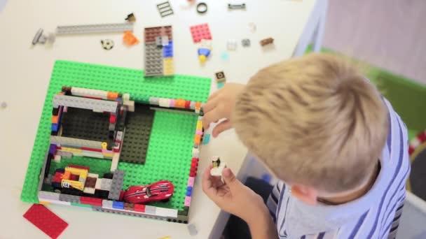 Dítě hraje s hračkou stavebnice