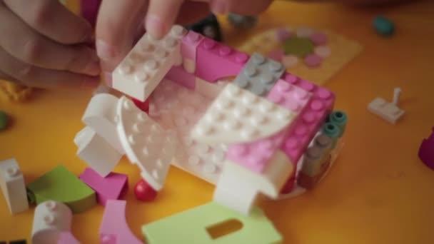 Detailní záběr kid ruku pohybující lego stavební 5