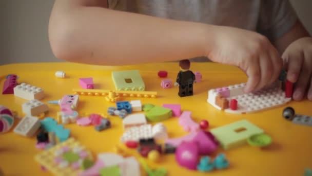 Detailní záběr kid ruku pohybující lego stavby 8