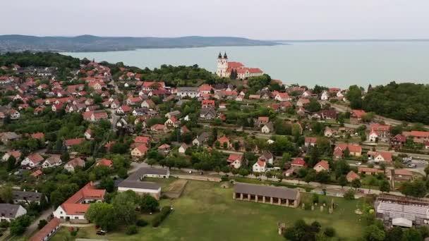 Légi 4k videó Tihanyról a Balaton mellett, Magyarországon. Tihanyi bencés apátság középen elülső kamerával.