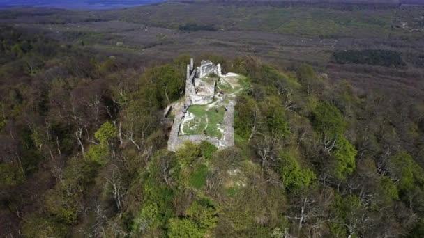 4k videó a Tatika erődítmény romjairól Magyarországon, a Balaton tó közelében, Zala megyében. Középkori kastély a 13. századból. 13-ban épült, megsemmisült a 16. században.