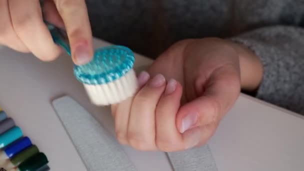 Női kéz manikűrözik. Szögápolás, öngondoskodás. Manikűrözz egyedül, míg otthon maradsz. Halál