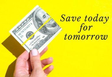 Bugünü, yarın için saklayın. Dolarları yakından tutan kadın eli. Para birimi. İnternetten alışveriş. Para vermek. Zenginlik ve refah finansmanı iş bütçesi, madeni para, ekonomi, döviz kuru. Maaş yatırımı tasarrufu