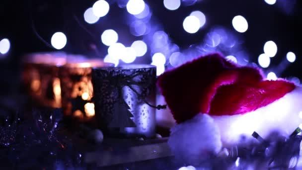 Advent, vier Kerzen dekoriert und Weihnachtsmann Mütze