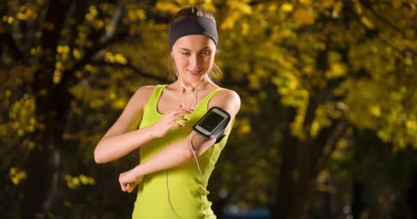Běžec běhání v podzimním parku