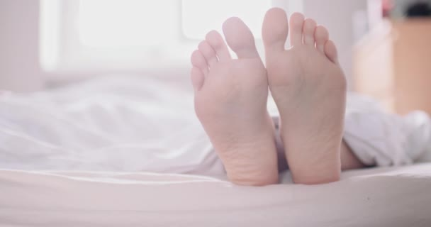 Žena v posteli, zavřete na nohy