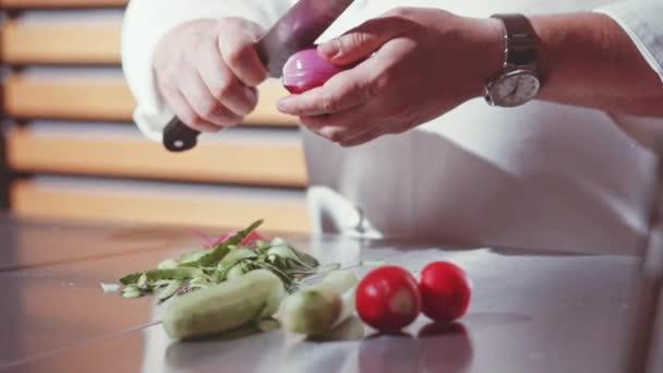 Šéfkuchař ruce vaření a přípravy potravin