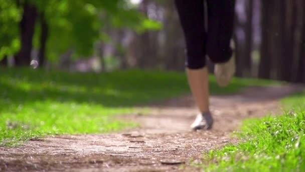 Piedi Runner che corrono su strada rurale