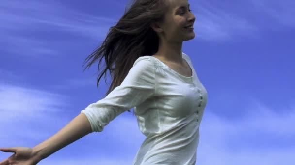 Šťastné mladé ženy tančí venku