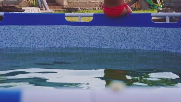 Egy kislány a medencében.