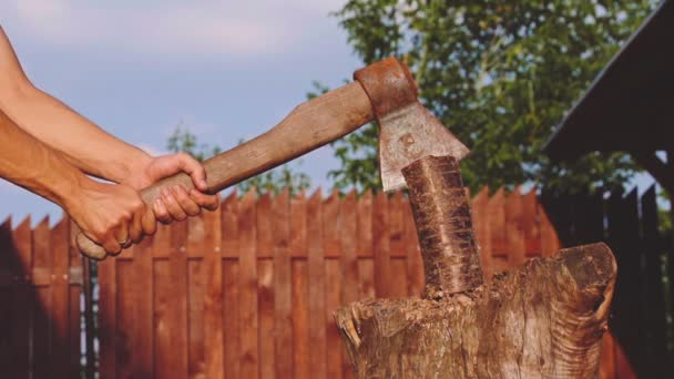 Erős fiatalember, fa vágódeszka