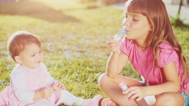 Dvě malé holčičky na trávníku