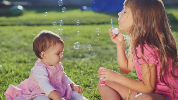 Due bambine che giocano sul prato