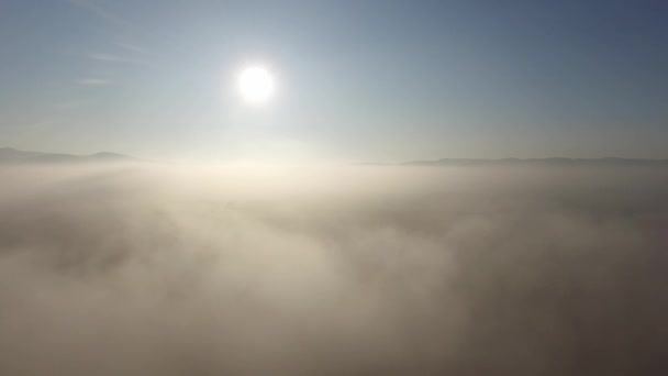 Rundflug über Wolken