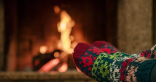 Žena se uvolňuje teplo ohně