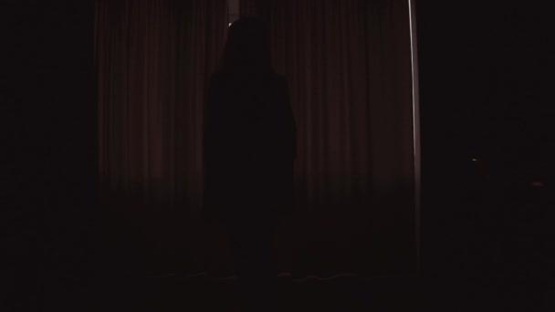 Žena s štíhlé tělo otevírá záclony