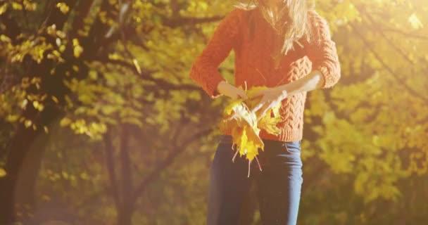šťastná žena házel listí