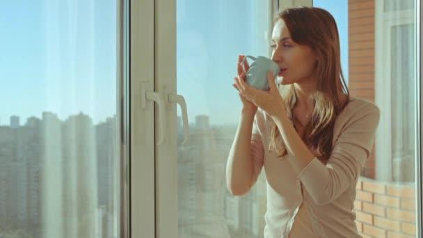 Žena pije kávu