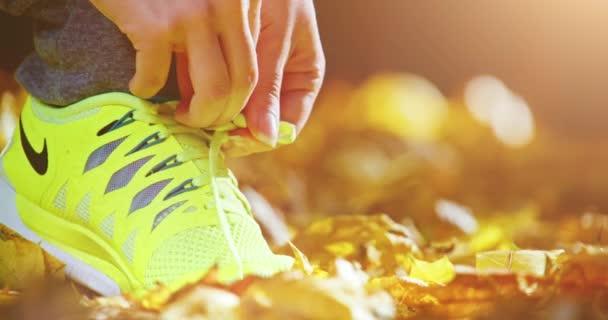 Atletka vázání tkaničky