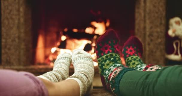 Nohy v vlněných ponožkách