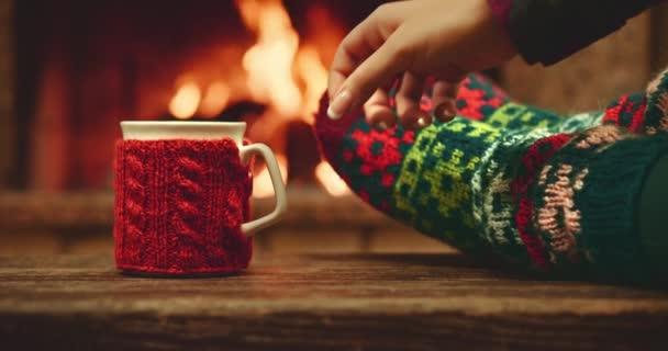 Žena se uvolňuje s šálkem horké nápoje