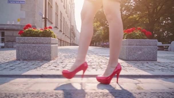 sexy Frauenbeine in roten Schuhen