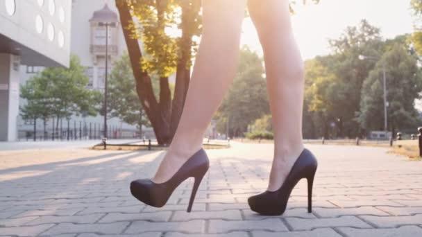szexi nő lába fekete cipő