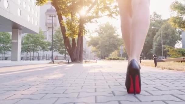 sexy Frauenbeine in schwarzen Schuhen