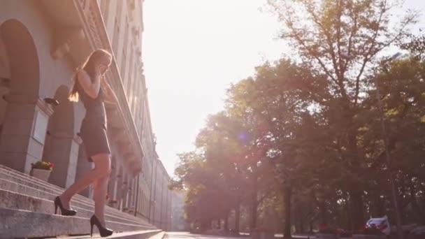Sexy moderátorka v černých botách chodit