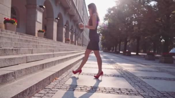 Sexy žena v červené boty chůze